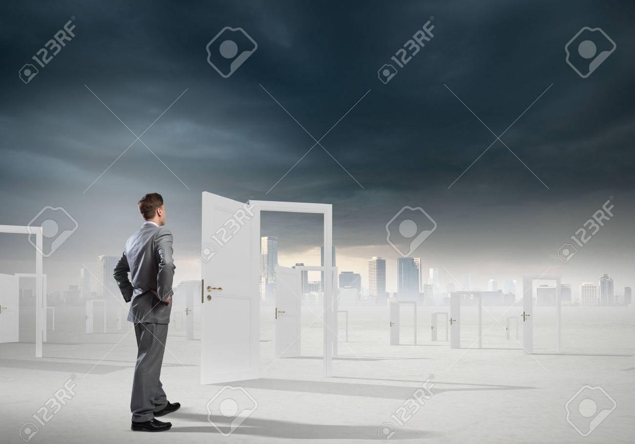 banque d images homme d affaires debout devant les portes ouvertes et de prise de decision