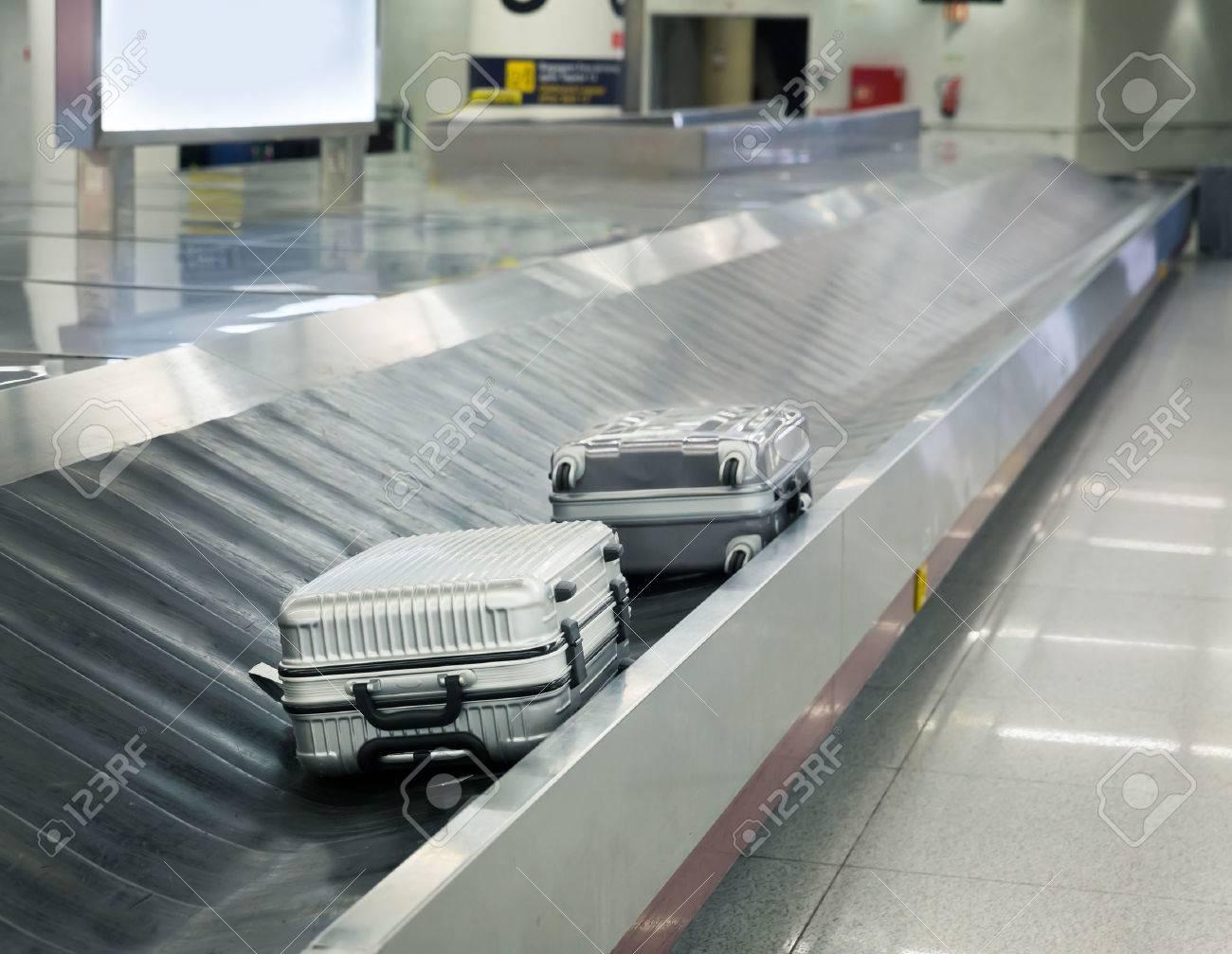 deux valises sur le tapis roulant a bagages a l aeroport