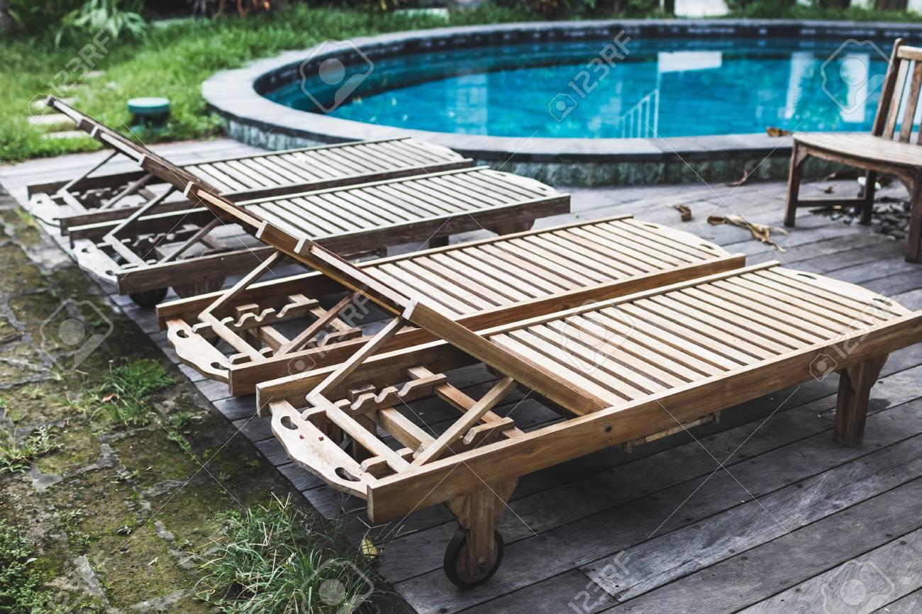 gallery of banque dimages fauteuils inclinables en bois prs de la piscine dans un resort de luxe plancher en bois et mobilier dextrieur with mobilier