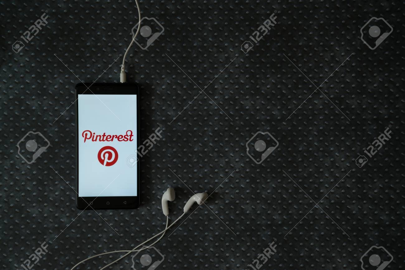 Los Angeles Etats Unis 23 Octobre 2017 Logo Pinterest Sur Ecran De Smartphone Et Ecouteurs Branches Sur Fond De Plaque De Metal Banque D Images Et Photos Libres De Droits Image 88872311