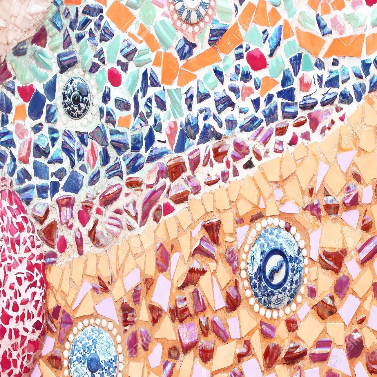 ornement decoratif vieux mur mosaique de carreaux de ceramique casse les murs sont decores avec des carreaux et des perles en ceramique