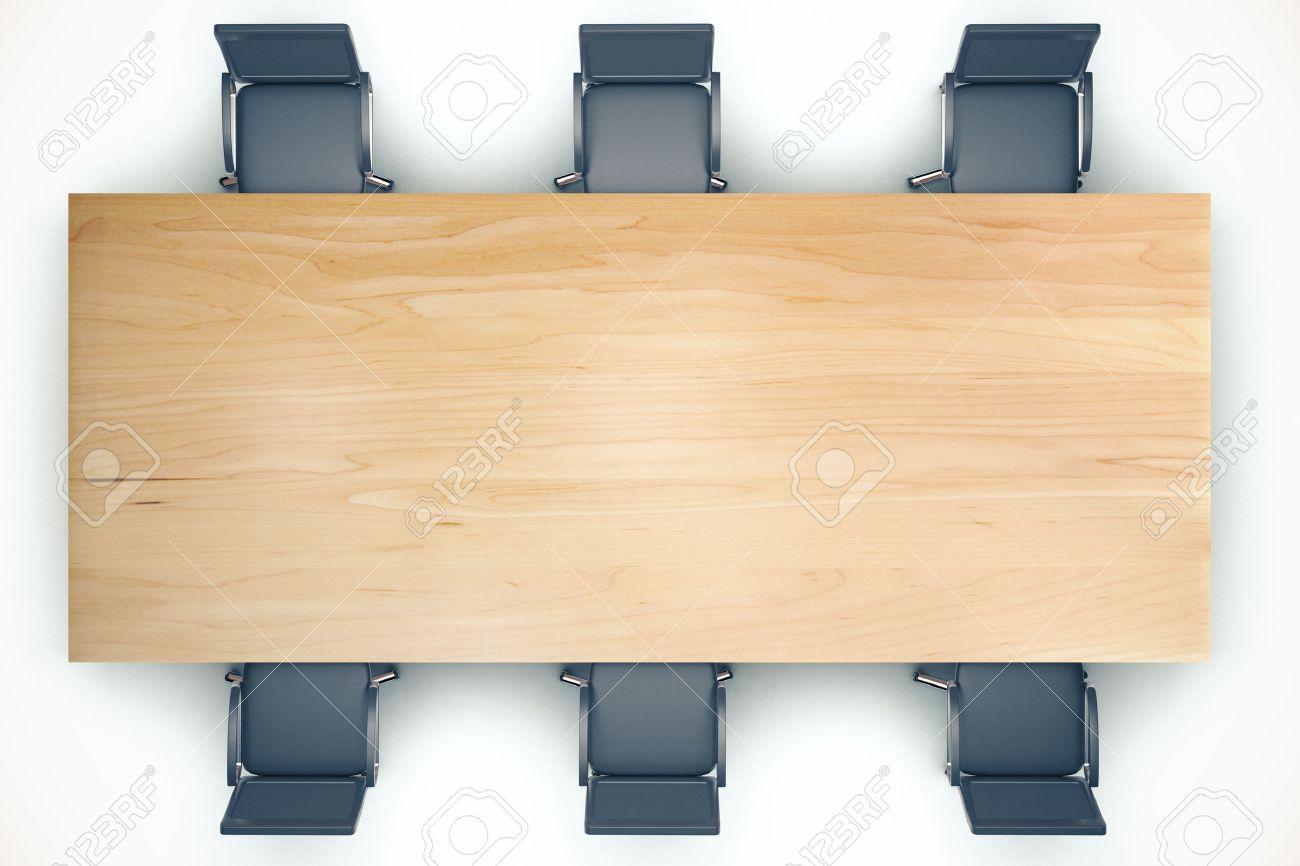 vue d en haut sur la table de conference en bois et chaises noires
