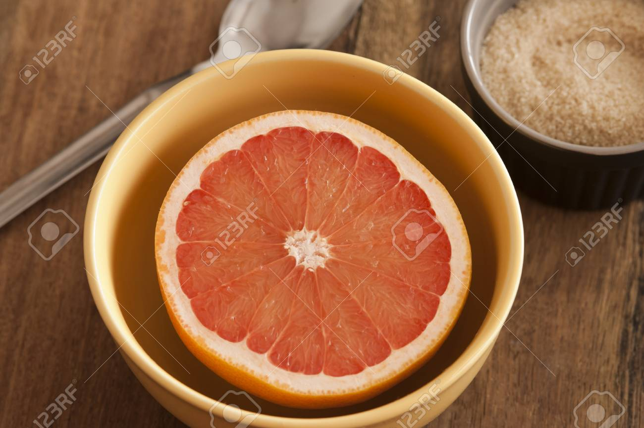 https fr 123rf com photo 82088379 couper le pamplemousse juteux rose frais servi pour le petit d c3 a9jeuner dans un bol avec un couteau fond html