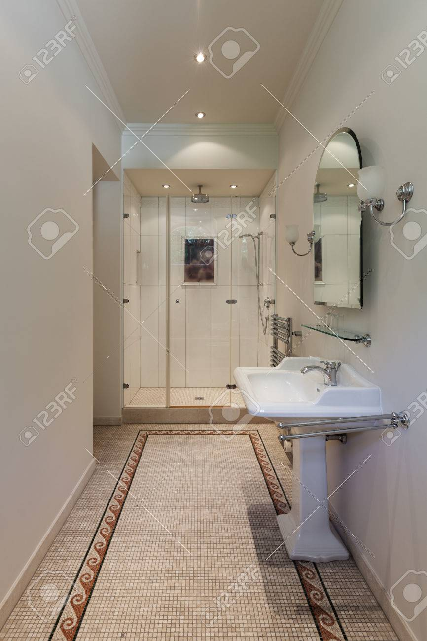 Interieur D Une Maison De Maitre Luxueuse Salle De Bain Classique Avec Douche Banque D Images Et Photos Libres De Droits Image 48094312