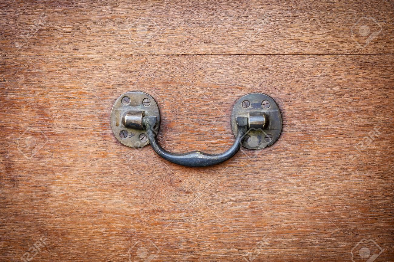 poignee laterale en laiton du coffre en bois vintage detail de quincaillerie de meubles anciens