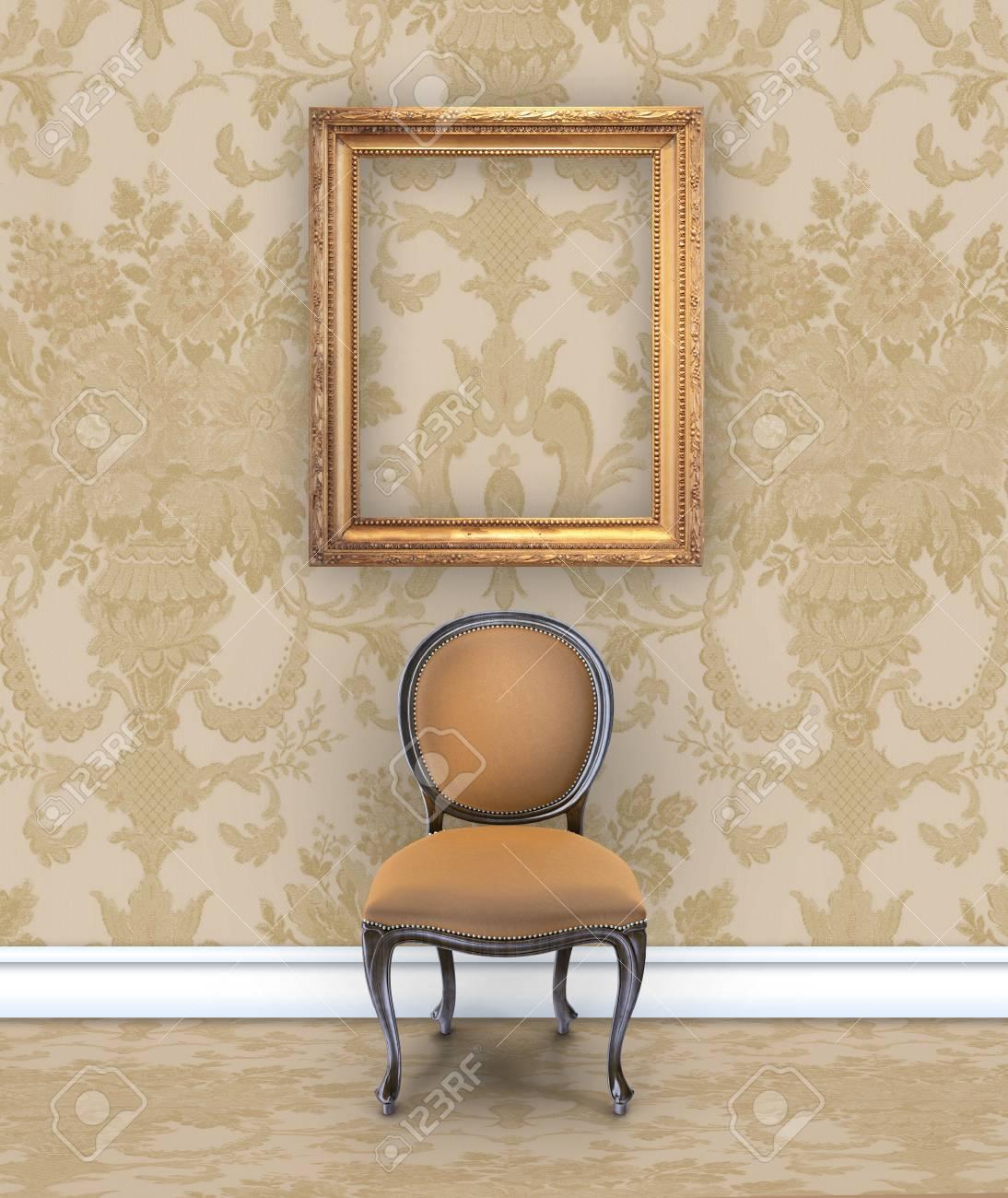 mur avec un riche papier peint damasse beige une chaise en velours et un cadre dore vide banque d images et photos libres de droits image 85609694