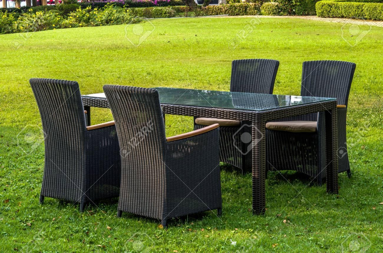 meubles en rotin table chaises et coussins a l exterieur dans le jardin