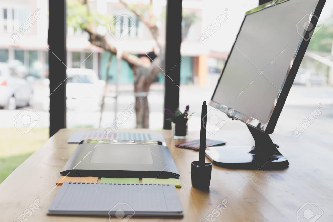 banque d images bureau d artiste graphiste au travail tablette numerique ecran d ordinateur echantillons de catalogue de palettes de couleurs pour