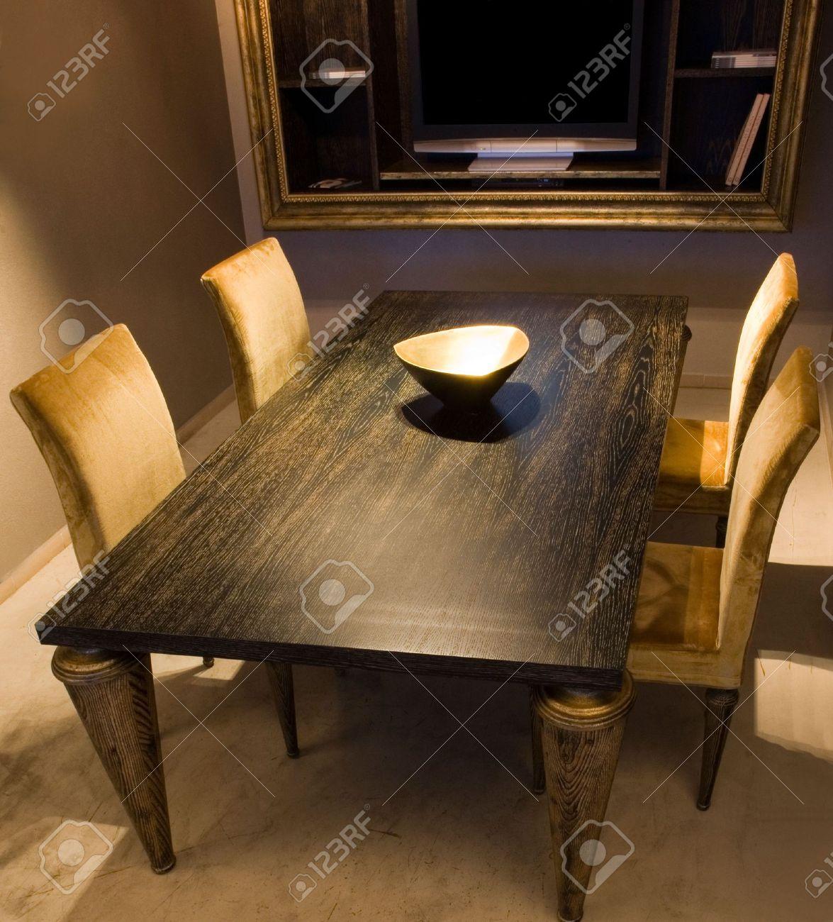 salle a manger avec table en bois noir et jaune des chaises
