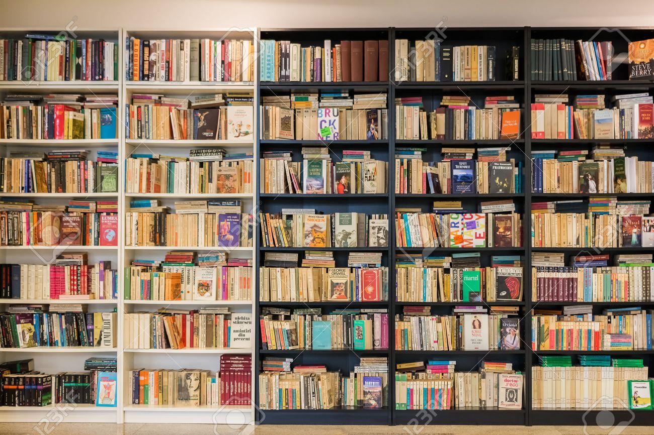 timisoara roumanie 24 aout 2014 bookshelf dans la bibliotheque avec de nombreux anciens d occasion livres a vendre