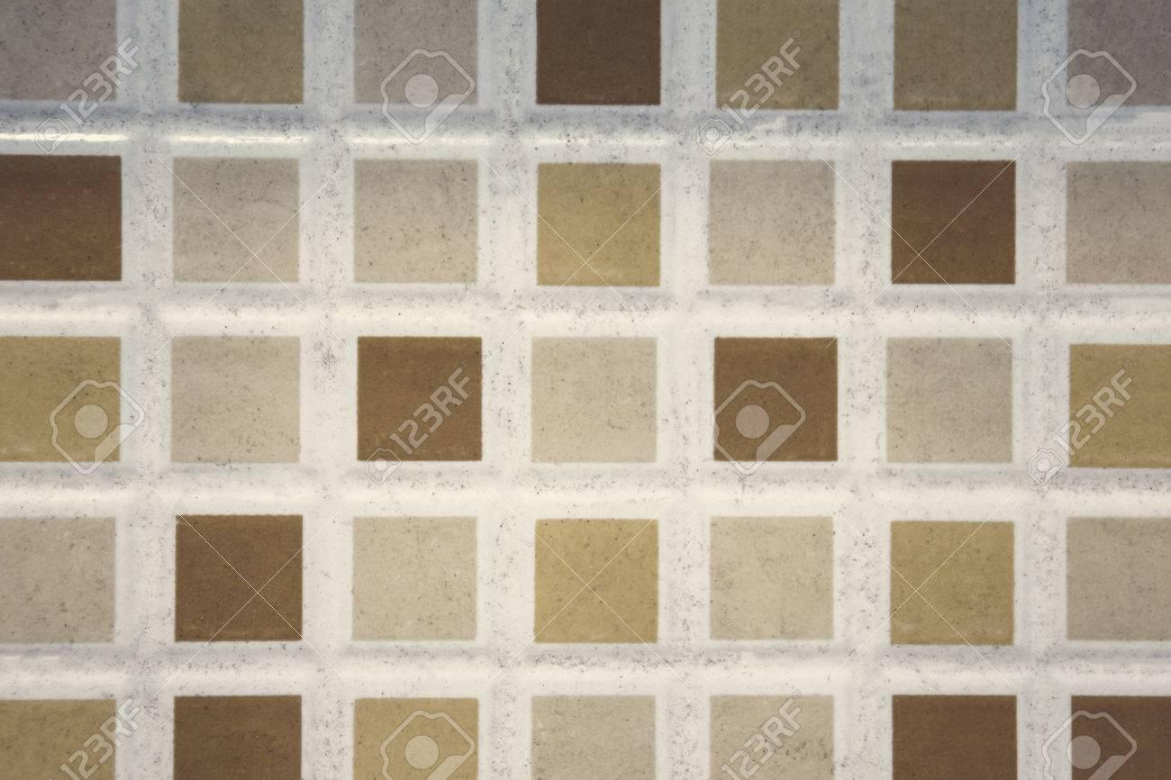 fond de plancher de carrelage petits carreaux colores carres sur le mur de la salle de bain