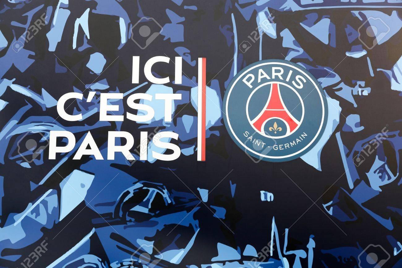 paris frankreich 28 marz 2016 psg logo und slogan an der wand des parc des princes paris saint germain football club ist ein franzosischer