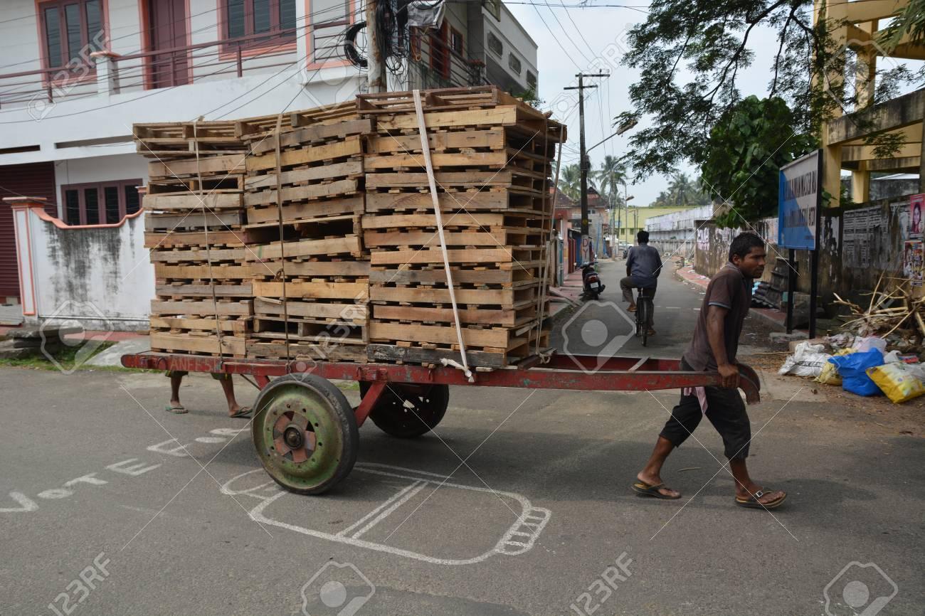 mumbai inde 7 novembre ici a 2015 homme tirant un chariot avec des palettes lentement dans les rues tres encombrees et le trafic de mumbai avec