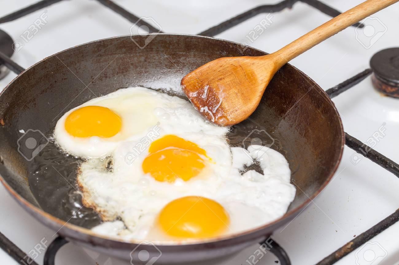 oeuf au plat dans une poele a frire