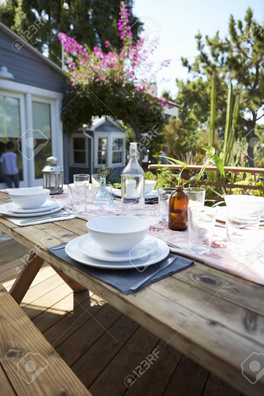 ensemble de table pour repas exterieur sur table en bois dans le jardin banque d images et photos libres de droits image 71214081