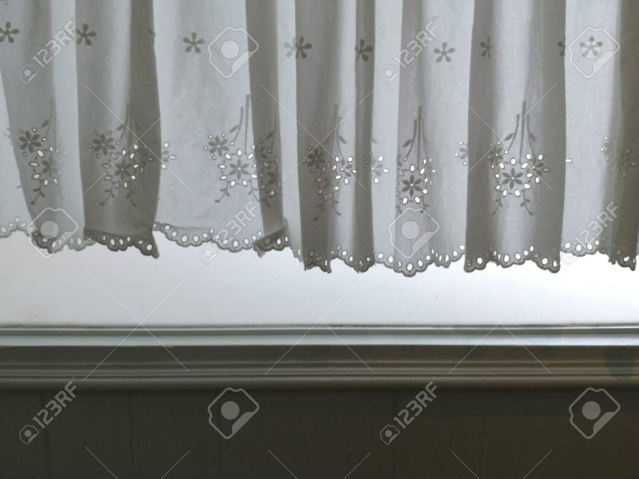rideau de satin de dentelle blanche de silhouette accroche sur la fenetre et le mur avec la lumiere du soleil semi transparente derriere decoration
