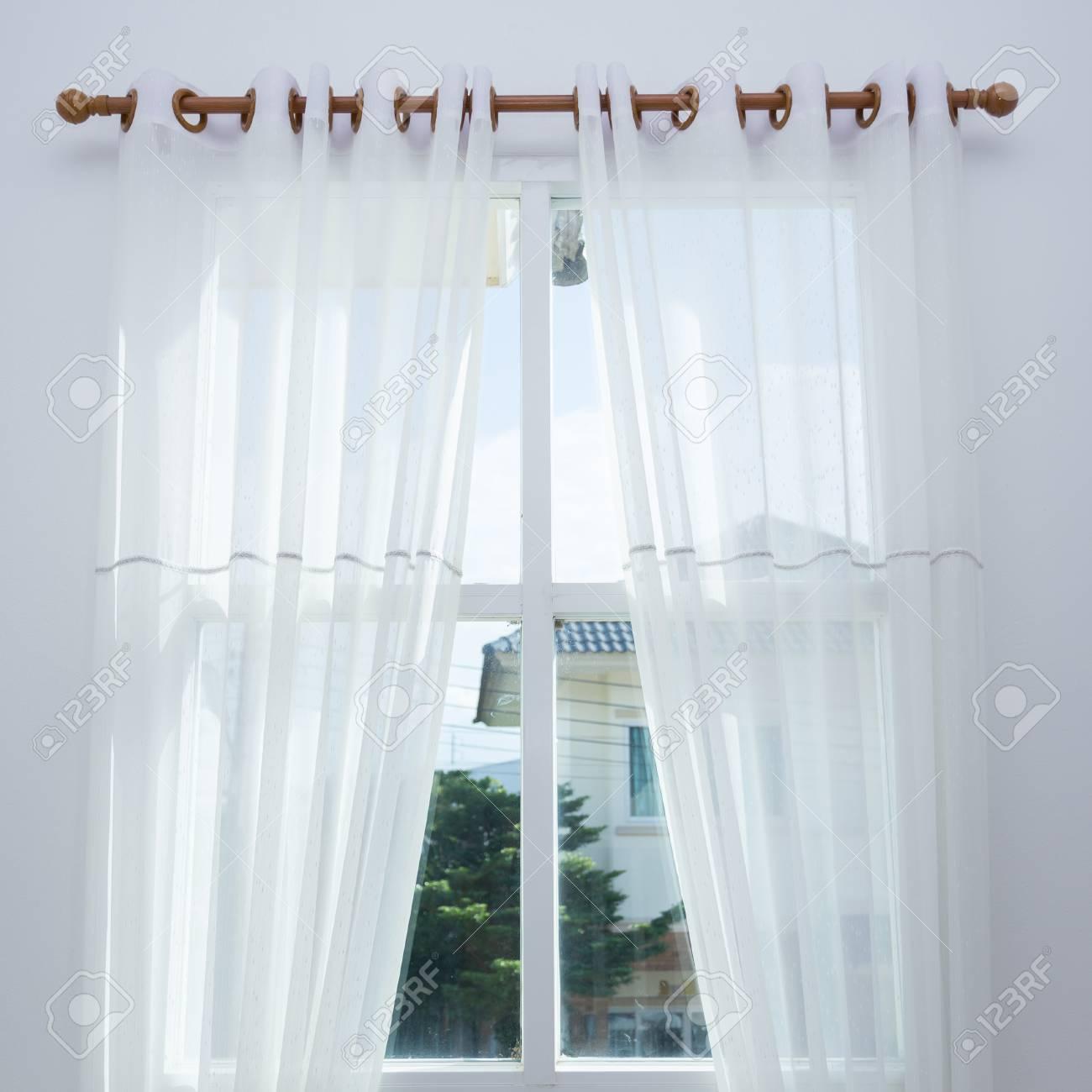 fenetre de rideau blanc dans la maison moderne