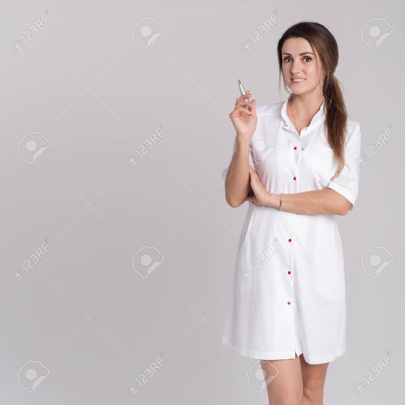 Belle Jeune Fille En Robe De Chambre Blanche Maitre Sur Maquillage Permanent Banque D Images Et Photos Libres De Droits Image 87126485