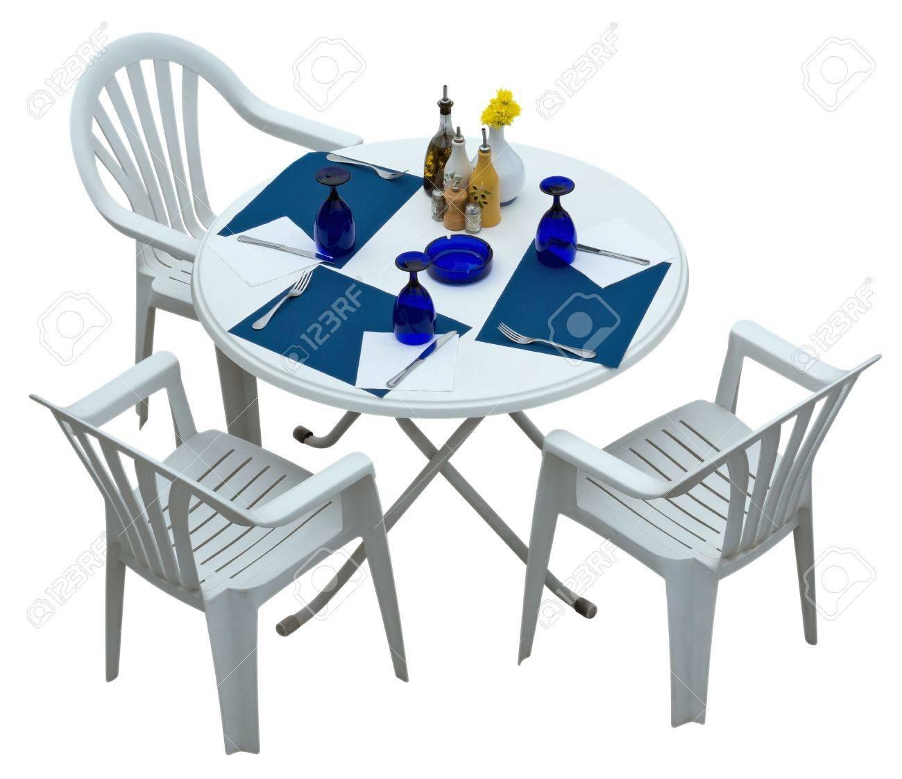 table en plastique avec des chaises isole sur blanc chemin de detourage inclus