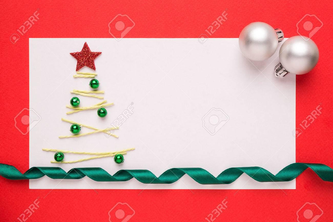 carte de noel blank ou invitation avec arbre de noel sur fond rouge