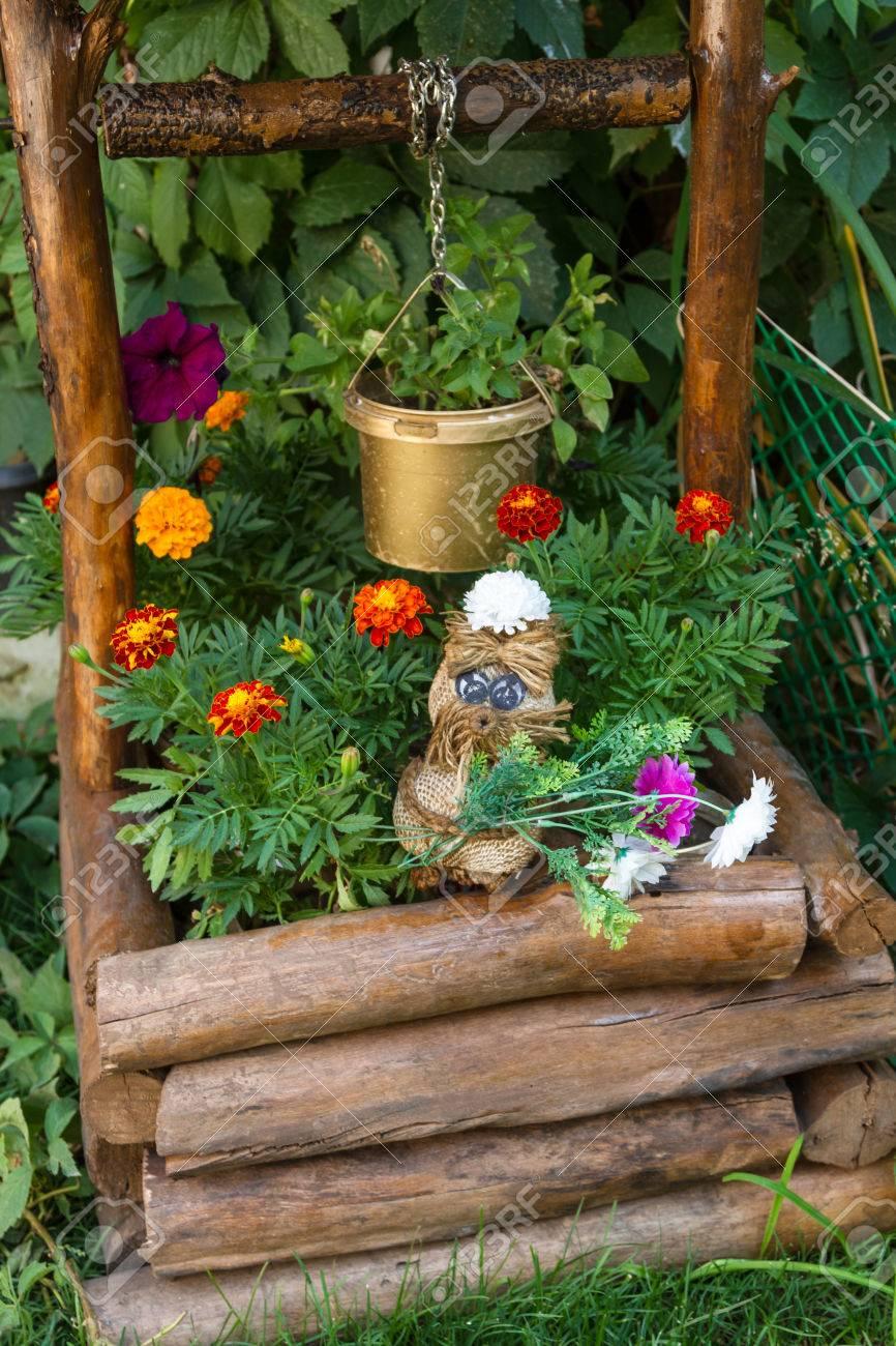 jouet de chiffon avec des fleurs pour la decoration d un puits dans la cour banque d images et photos libres de droits image 82328548