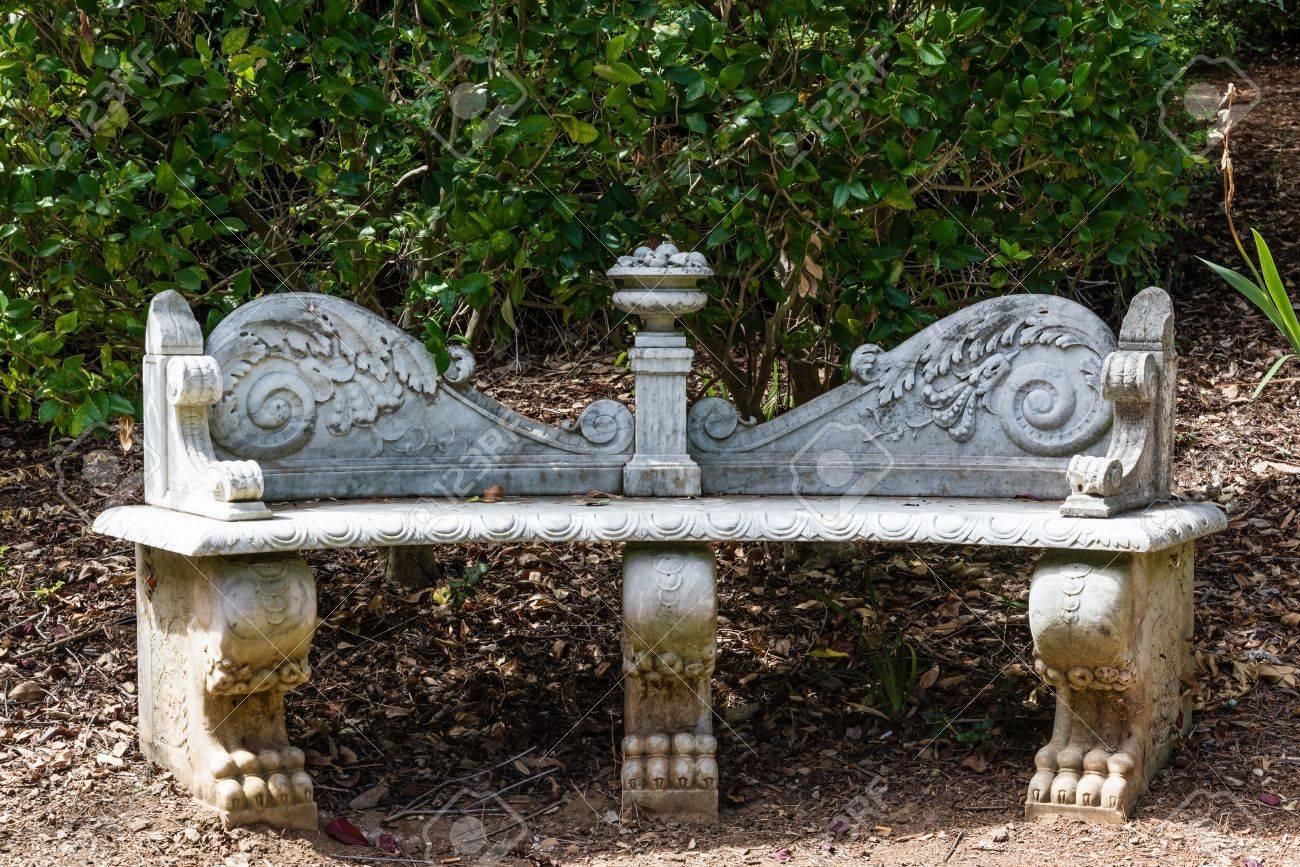ancien banc de jardin en marbre faconne