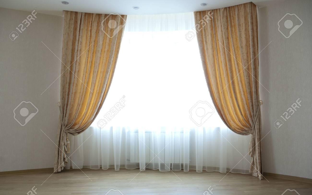 grande fenetre avec des rideaux classiques