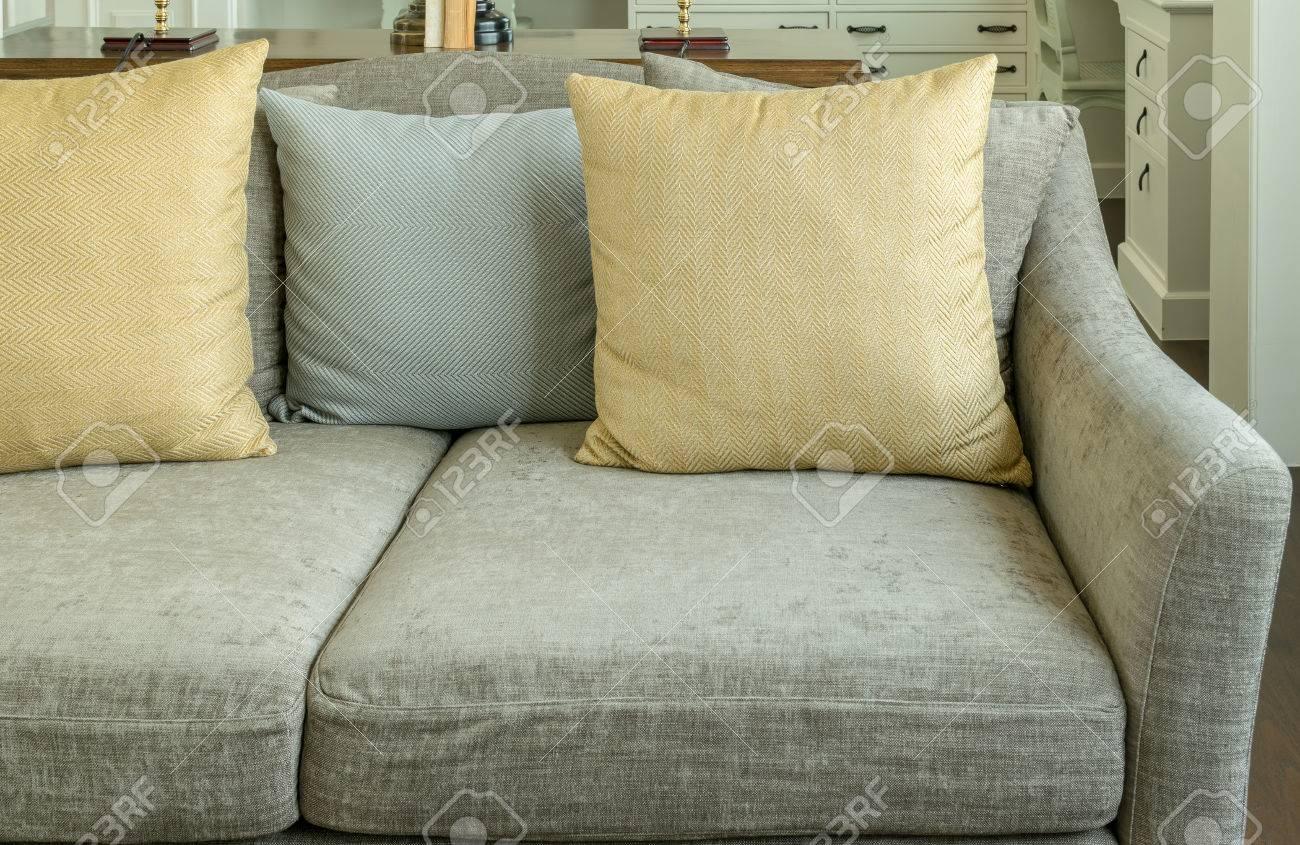 banque d images vivant entre la chambre avec des oreillers jaune et gris sur du velours canape gris