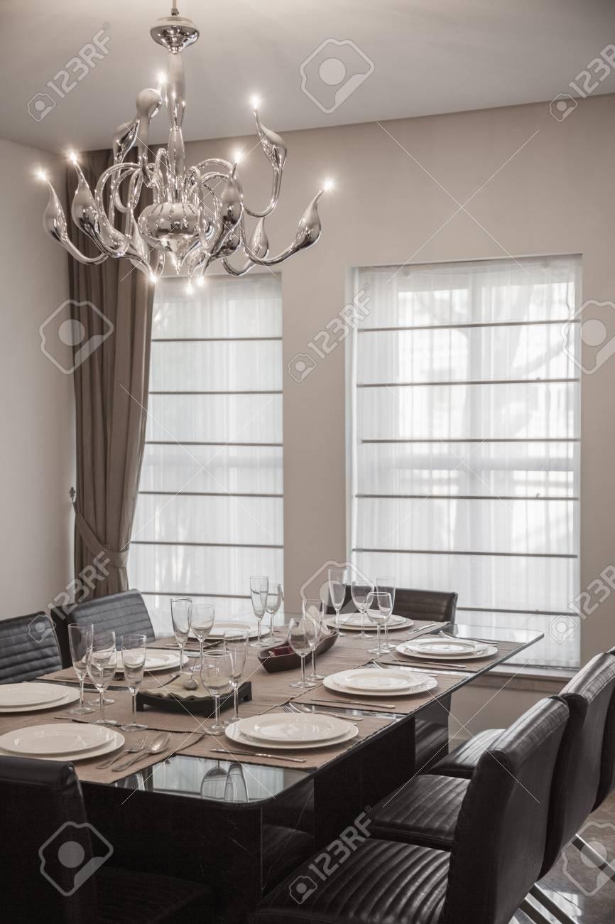 Salle A Manger Avec Un Mobilier Moderne Et Lustre Banque D Images Et Photos Libres De Droits Image 54610708