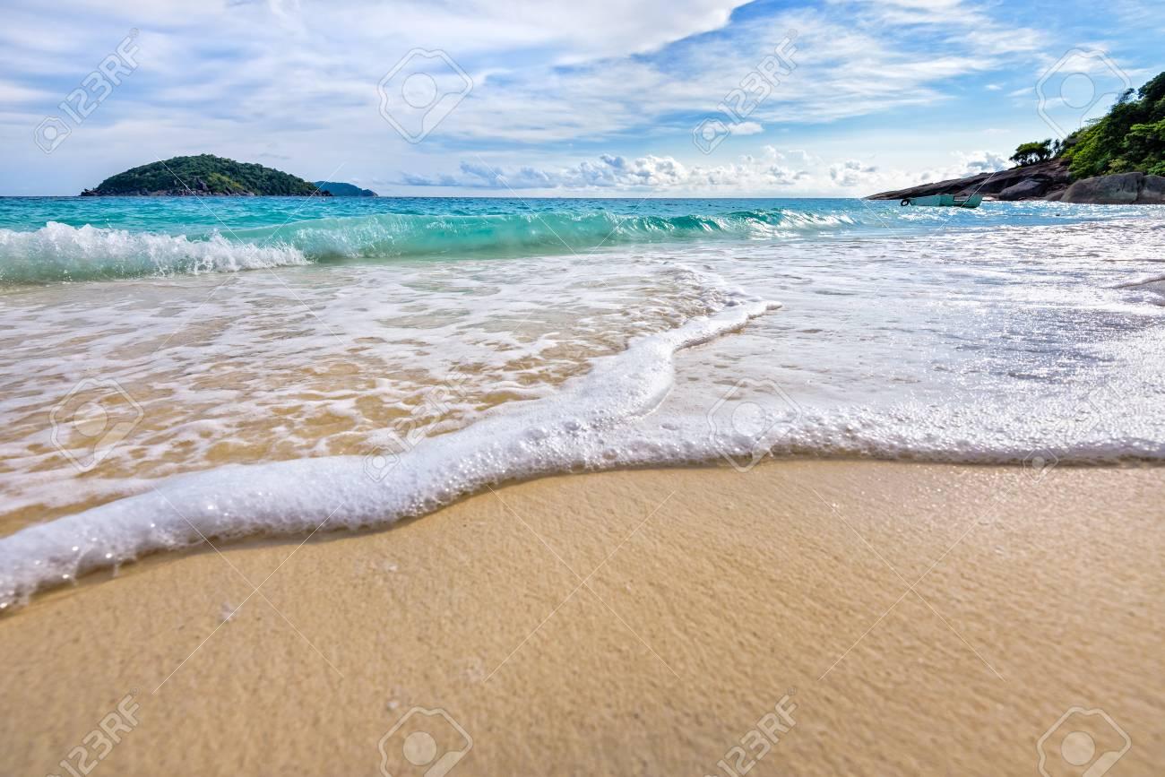 https de 123rf com photo 46623139 sch c3 b6ne landschaft blaue meer wei c3 9fen sand und wellen am strand im sommer auf koh miang insel in mu ko sim html