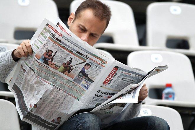 человек читает газету