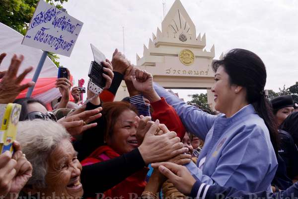 អ្នកស្រី យីងលក្សណ៍ ជីនវ័ត្រ ជួបអ្នកគាំទ្រកាលពីថ្ងៃទី ១៩ ខែធ្នូ ឆ្នាំ ២០១៣ ។ រូបថត Bangkok Post