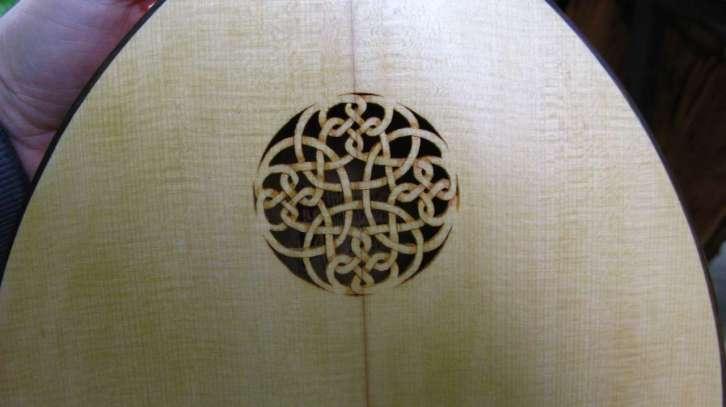 Rozeta sa slike izrađena je u gornjoj dasci tambure, a motiv je kao na fasadi manastira Ljubostinja