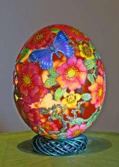 """Nojevo jaje """"The rosen garden"""" spremao je 50 sati direktno crtajući olovkom na ljusci jajeta podsećajući se cveta divlje ruže - šipurka."""