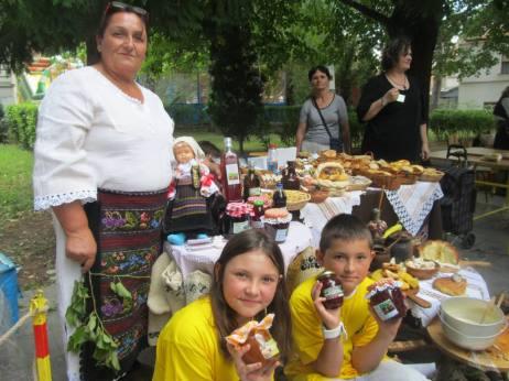 U sezoni branja koja traje od maja do kasne jeseni, kada se završava branjem kupine i šipurka, Milosavi pomažu i unučići