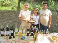 Marija Ivanović, njen suprug Aleksandar i ćerka Sandra bave se seoskim turizmom u Gornjem Zuniču i na festival doneli su domaća jela, sokove i suvenire