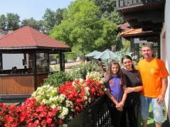 Sofija sa mamom i tatom ispred letnjikovca