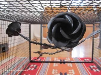 Unikatna ruža od kovanog gvožđa krasi ovaj moderni sto