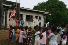 Deca pevaju državnu himnu pre časova u Liberiji