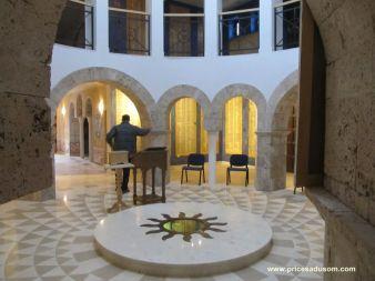 U crkvi se nalazi deo posmrtnih ostataka stradalih