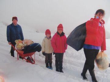 Na Rogozni je obišao porodicu u kojoj otac kroz sneg svakog dana nosi ćerku na leđima 6 km na putu do škole