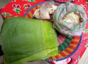 Tamales de mole negro en hoja de platano