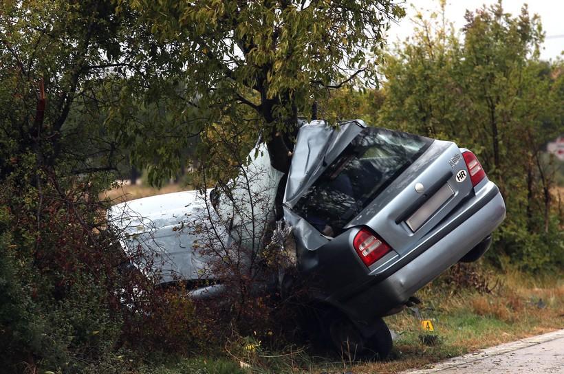 [VIDEO] STRAŠNA PROMETNA Automobilom 'zagrlio' stablo – jedna osoba poginula