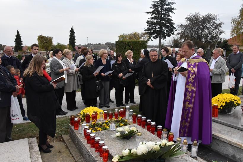 Molitva pred središnjim križem i na grobu dr. Stjepana Kranjčića u Križevcima