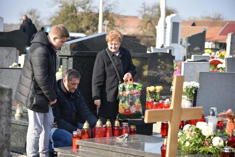 [FOTO] Podravci posjećuju groblja diljem županije ne bi li se prisjetili svojih najbližih