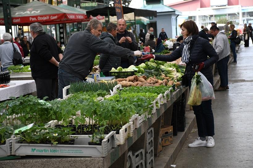 Građani bezbrižno kupuju na tržnici u jednoj od rijetkih županija bez potvrđenog koronavirusa