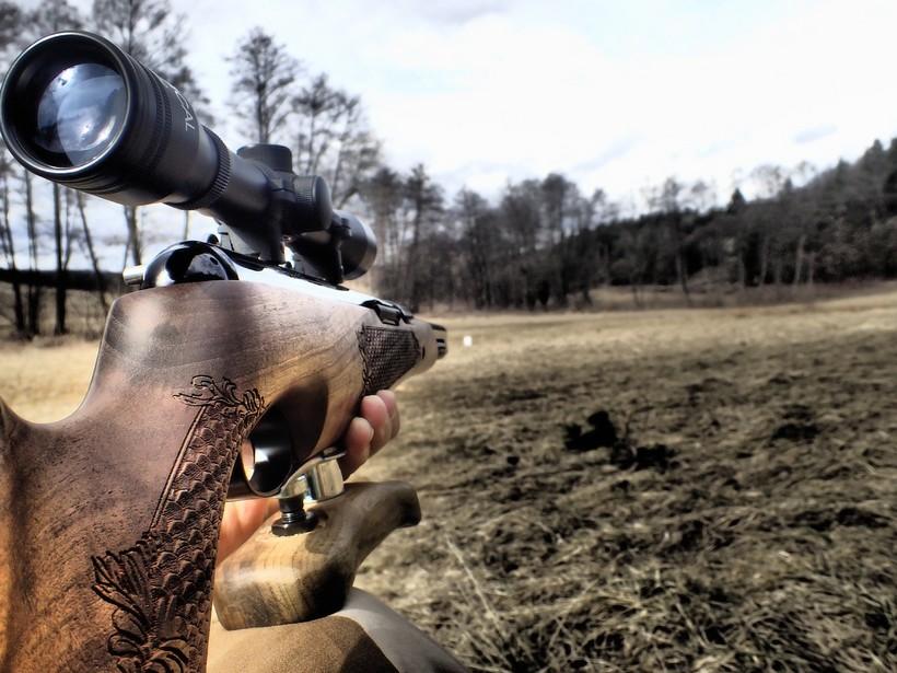 Lovnik u grmlju pronašao lovačku pušku s optičkim ciljnikom, nekoliko streljiva i lovački ruksak
