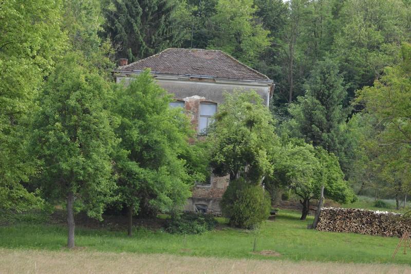 Malo križevačko selo ima samo dvije kuće, ali ima školu, crkvu i vatrogasni dom