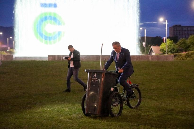 VIDEO Bandić se provozao na smetlarskom triciklu