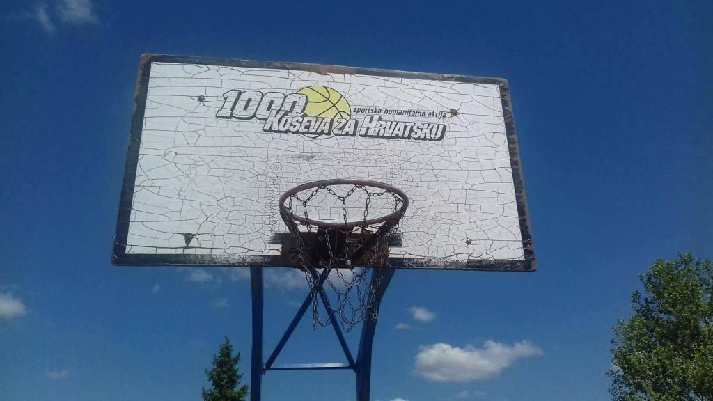 Nepoznati počinitelj u Bjelovaru grafitima išarao sportsku dvoranu i igralište